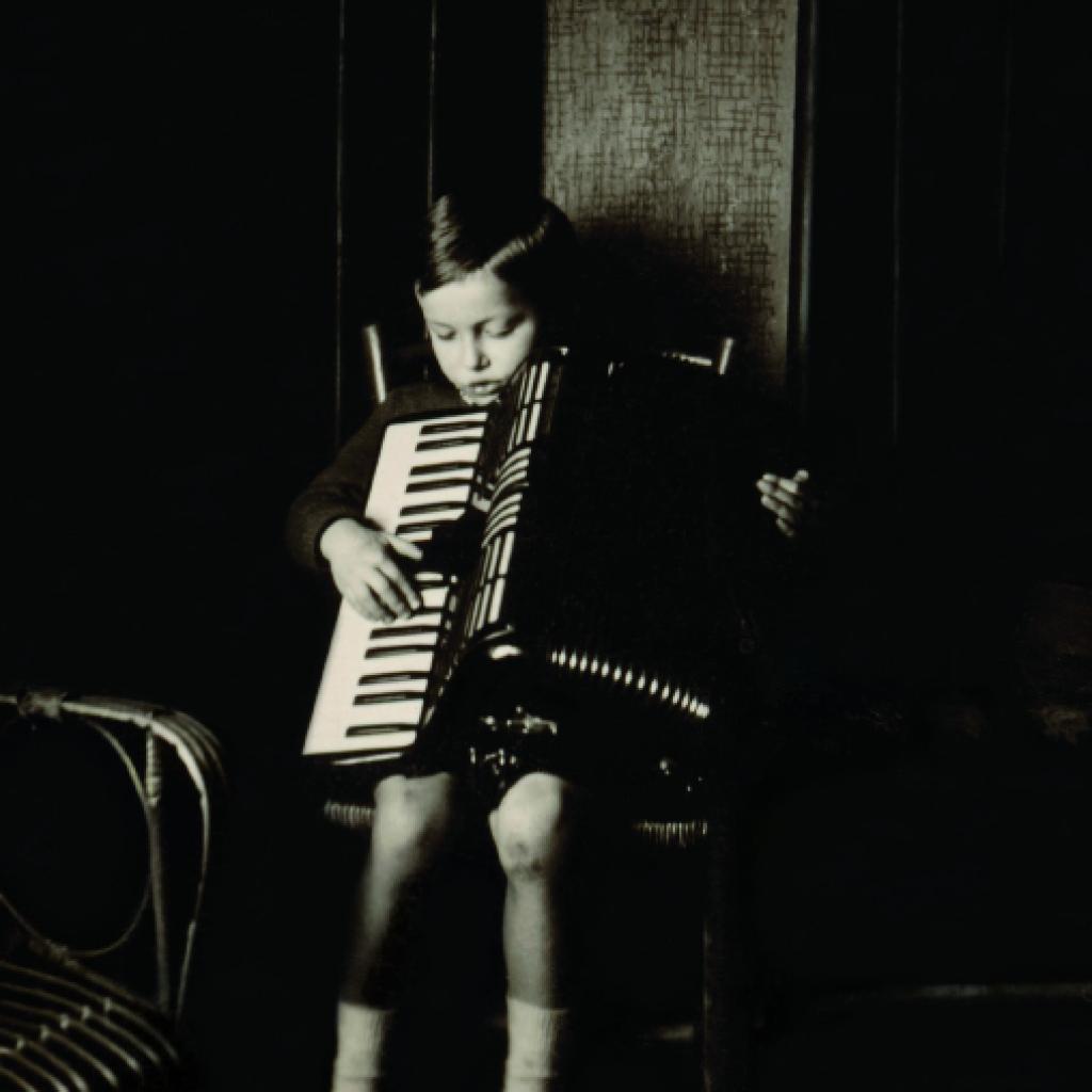 1945. Fabrizio alla Cascina dell'Orto, a Revignano d'Asti. (archivio Fondazione Fabrizio De André Onlus)